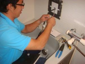 浴室地デジ テレビ 取り付け 工事 キッチリと配線を接続同時進行でテレビの取替