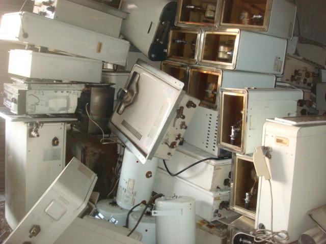 倉庫に満載の給湯器