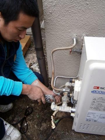 給湯機のガス配管