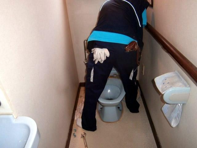 トイレのタンクを取り外します