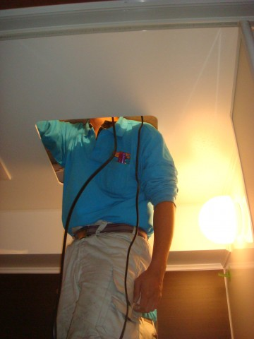 浴室の天井に頭突っ込んでます。