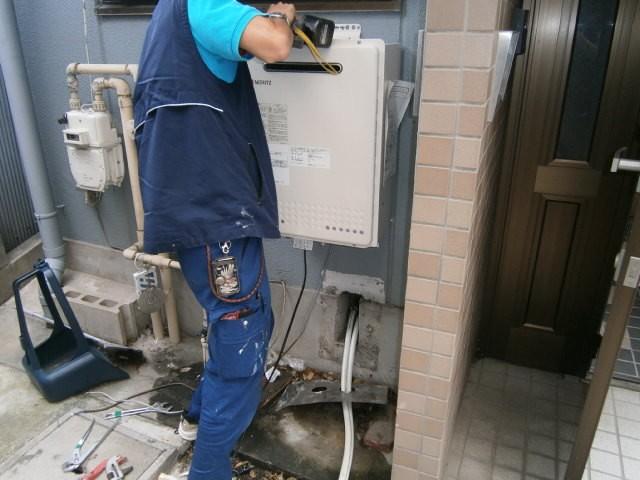 ガス給湯器取替工事 施工事例 名古屋市熱田区 施工中