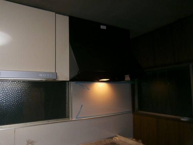 キッチンリフォーム 施工事例 名古屋市守山区 前面のパネル、レンジフード、キッチパネル