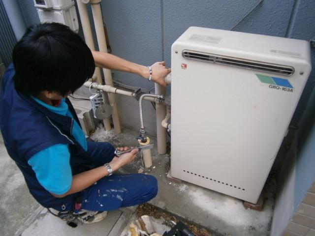 ガス給湯器取替工事 施工事例 名古屋市熱田区 撤去中