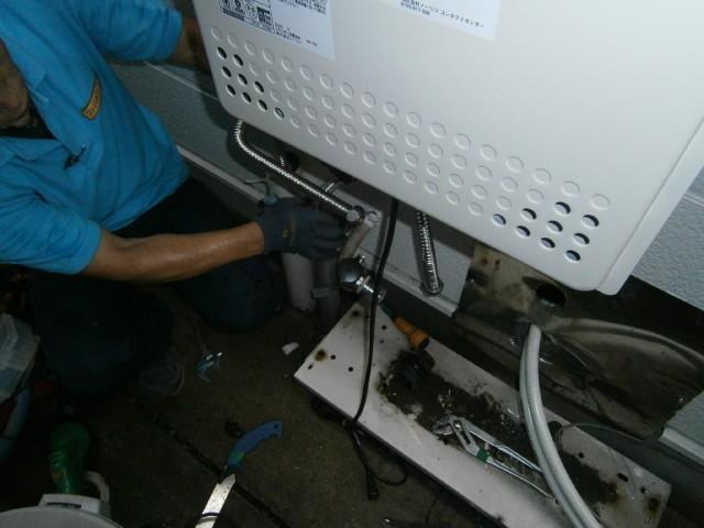給湯器取替工事 施工事例 名古屋市中川区 作業中