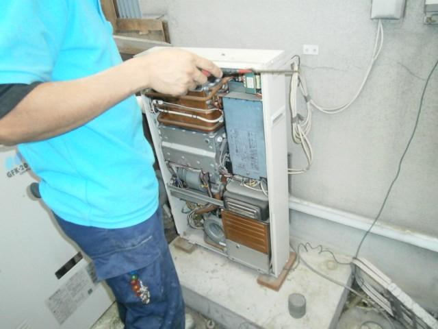ガス給湯器取替工事 取替工事 愛知県瀬戸市 作業中