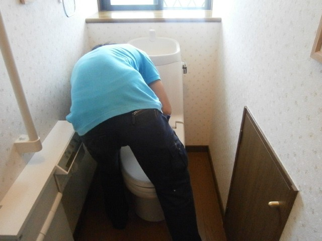 トイレ取替工事 施工事例 三重県桑名市 撤去中