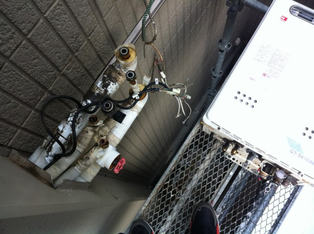 安城市 ガス給湯器 交換工事 施工中