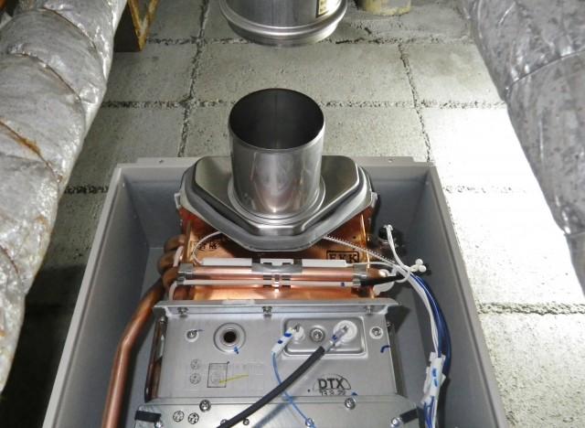 名古屋市中村区 ガス給湯器取替工事 施工中
