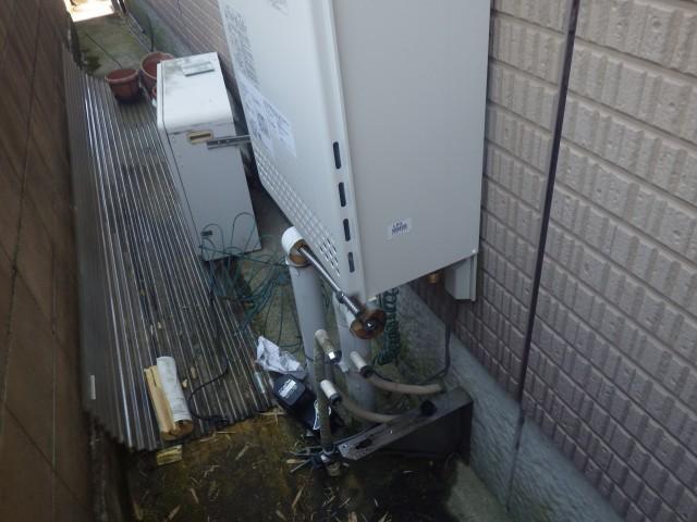 一宮市 ガス給湯器取替工事 配管施工中