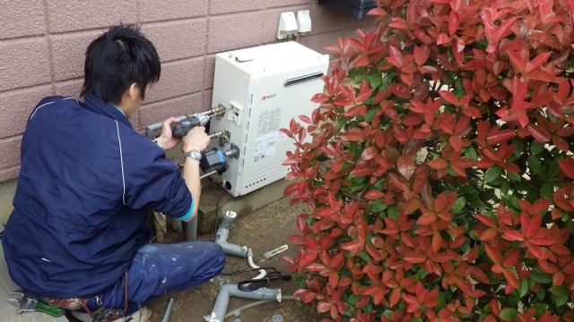 知立市 ガス給湯器取替工事 配管施工中