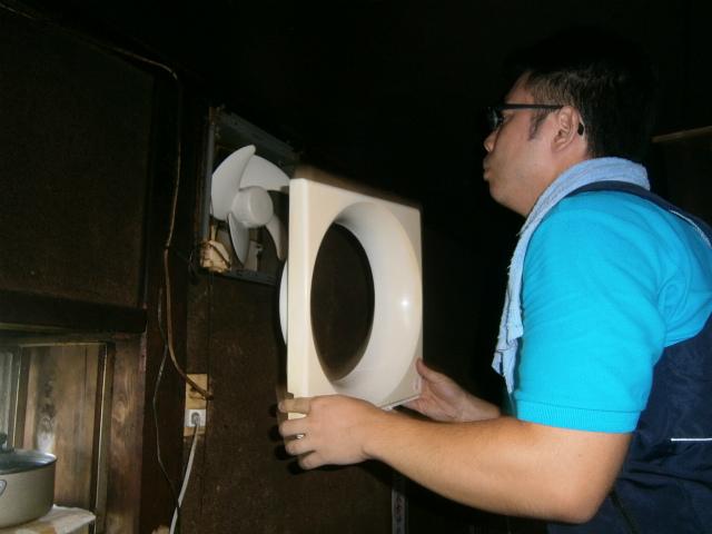 愛知県豊橋市 換気扇取替工事 施工中1