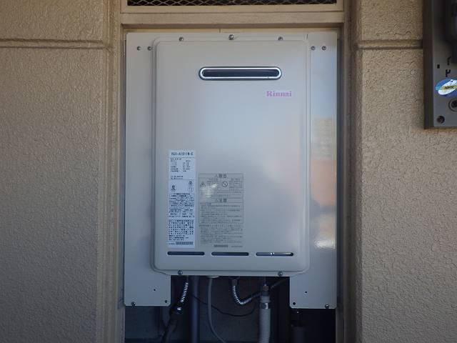 名古屋市熱田区 ガス給湯器取替工事 取り付け(配管のためまだ下の板ついてません)