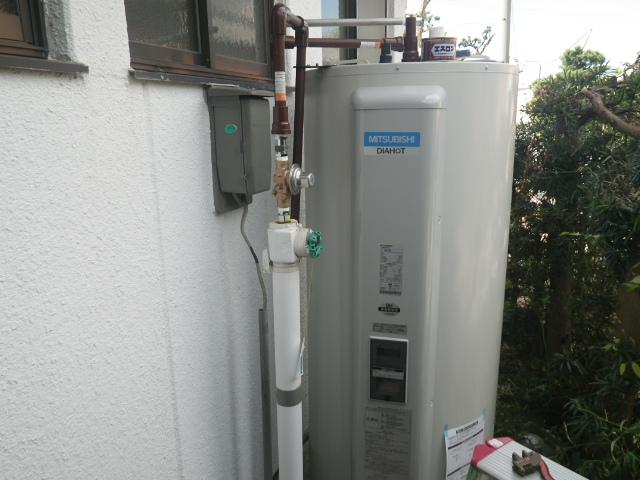 西尾市 電気温水器取替工事 本体設置固定完了後。