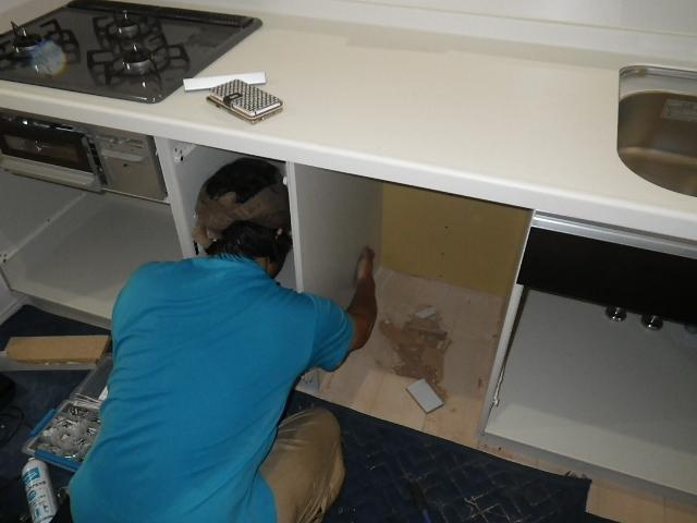 食洗機新規取付工事 キャビネット撤去&加工中。