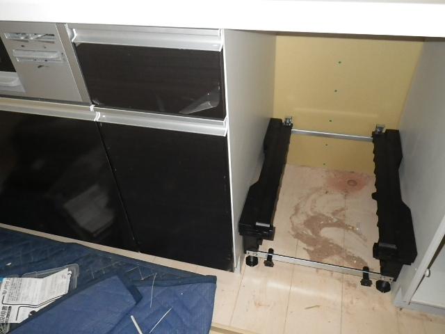 食洗機新規取付工事 キャビネット収納完了&食洗機取付け中。