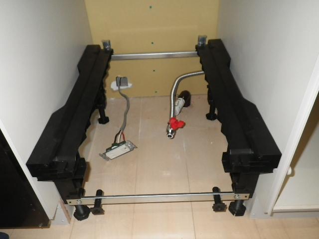 食洗機新規取付工事 食洗機設置中。