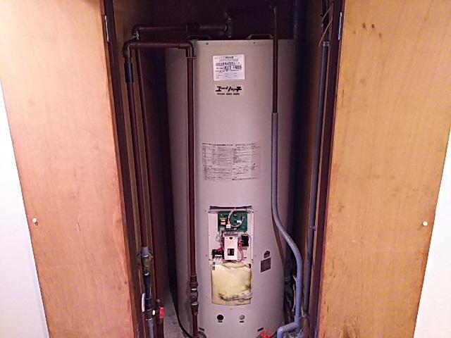 室内設置電気温水器取替工事 取替施工前。