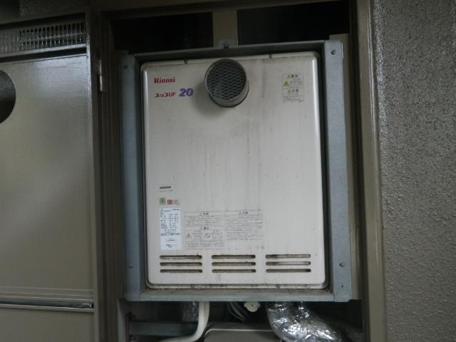 PS扉内設置ガス給湯器取替工事 取替施工前。