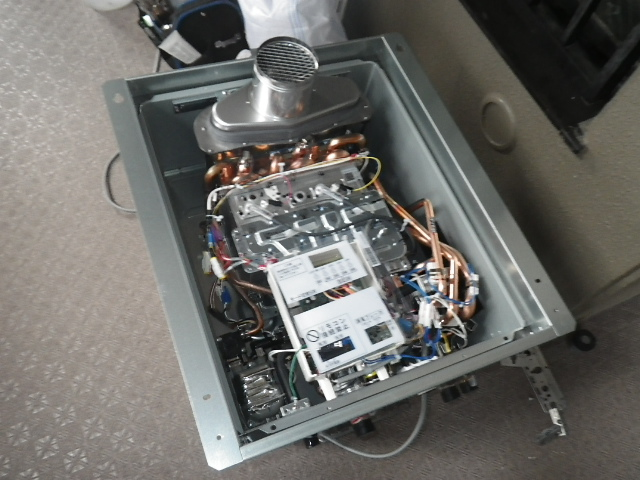 PS扉内設置ガス給湯器取替工事 扉内設置枠取り付け中。