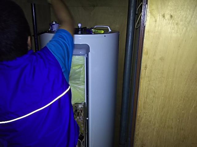 室内設置電気温水器取替工事 既設本体撤去&新本体設置施工中