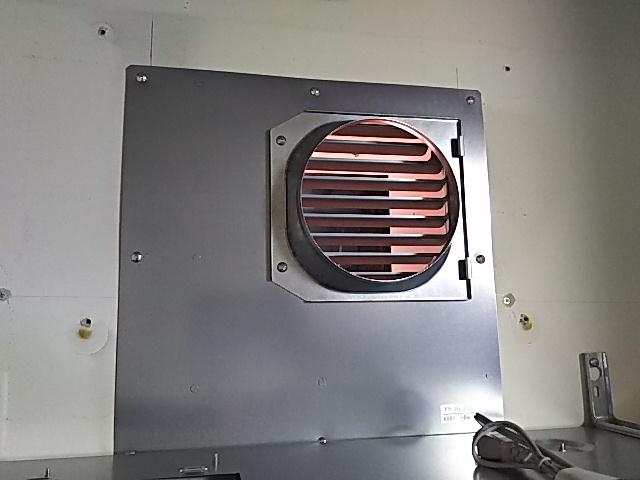 レンジフード取替工事 開口部シロッコ切替ふさぎ板取り付け中。