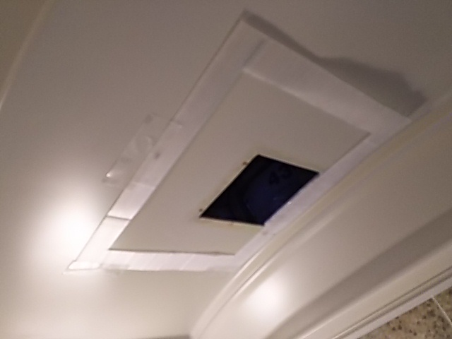 浴室換気乾燥機新規設置工事 新規設置開口作業前。