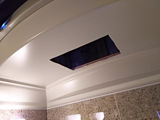 浴室換気乾燥機新規設置工事 新規設置開口完了後。
