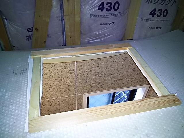 浴室換気乾燥機新規設置工事 開口部補強板取り付け完了後。