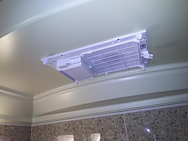 浴室換気乾燥機新規設置工事 浴室換気乾燥機本体取付固定完了後。