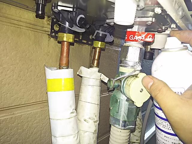 ガス給湯器工事 ガス漏れチェック中