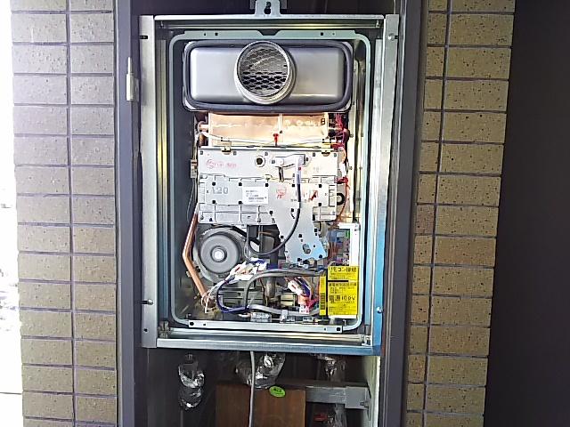 PS扉内設置型ガス給湯器取替工事 既設本体撤去後→本体取付固定完了