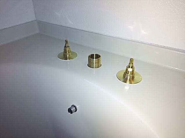 浴槽水栓取替工事 本体取付中。