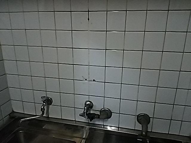 小型電気温水器へ取替工事 既設本体撤去完了後。
