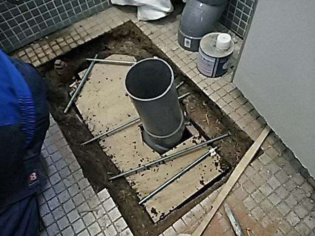 和式から洋式へトイレリフォーム工事1日目 排水管施工中。