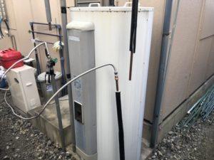 既設の温水器と仮で設置した石油給湯器
